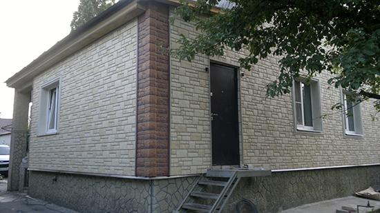 Облицовка цоколя дома пластиковыми панелям под камень, необходимость и обязательное меры в процессе строительства