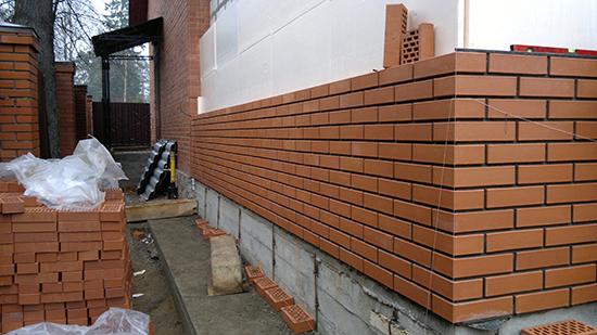 Что лучше использовать для отделки фасада здания: облицовочный кирпич или штукатурку