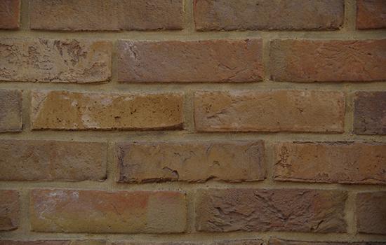 Украшение фасада дома облицовочным полнотелым кирпичом