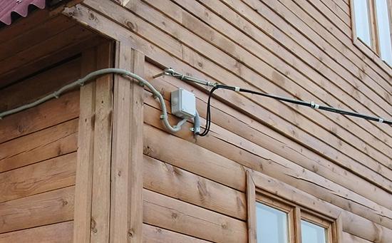 Как сделать наружную проводку в деревянном доме
