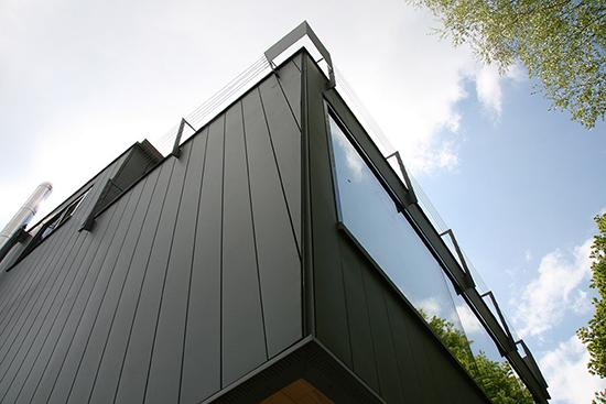 Чем привлекателен алюминиевый сайдинг для фасада, его разновидности и монтаж
