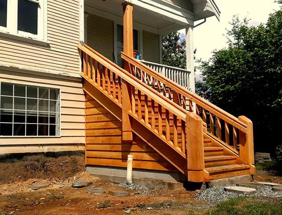 Деревянная наружная лестница - отличное решение для фасада частного дома