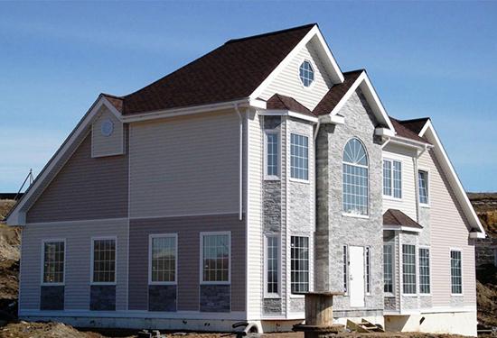Сочетание на фасадах домов сайдинга и панелей