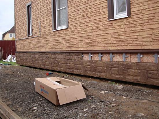 Экономичный и креативный вариант для отделки здания - пластиковые панели для цоколя дома