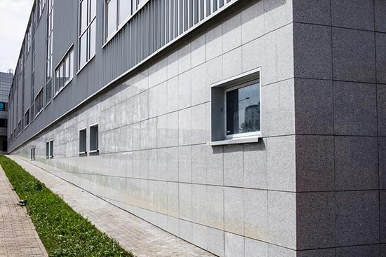 Монтаж бетонных плит для вентилируемых фасадов: преимущества и способы