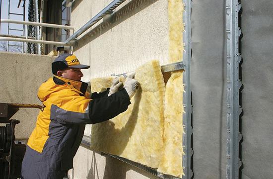 При какой температуре и чем можно штукатурить фасад дома, если зима на носу, но очень надо